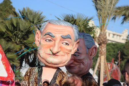 rey caricatura: Niza, Francia - 21 de febrero de 2016: La caricatura del pol�tico franc�s Dominique Strauss-Kahn (DSK). Flotador desfile durante el carnaval de Niza (Corso carnavalesque 2016) en la Costa Azul. El tema para el 2016 fue rey de Medios