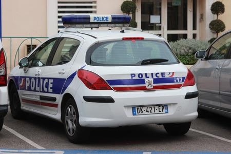 siervo: Menton, Francia - Marzo 20, 2016: La policía francesa (Policía Nacional) Peugeot 308 coches aparcados en un estacionamiento frente a la estación de policía en Menton