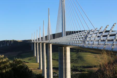 Millau, France - le 21 Août, 2016: Le viaduc de Millau est le plus haut pont du monde avec un sommet de mât à 343 mètres dessus de la base de la structure. Aveyron, Midi Pyrénées, France