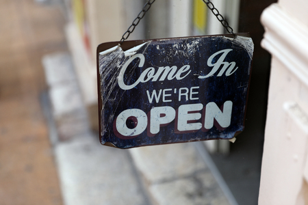 Come in We're OPEN, Metal Tin Sign. Vintage Style Stockfoto