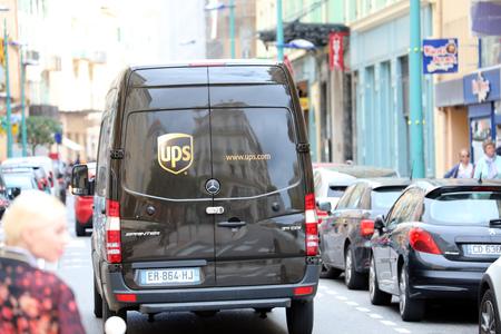 Menton, Francia - 5 de abril de 2018: Mercedes-Benz New Sprinter UPS Delivery Truck estacionado en la calle mientras el conductor realiza una entrega, Riviera francesa, Europa