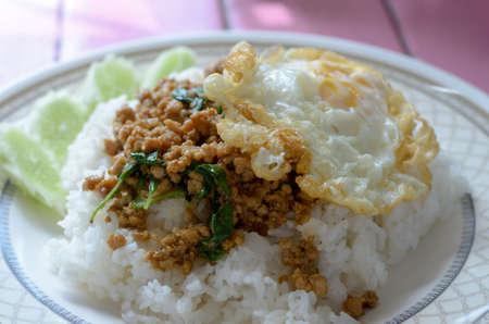 santa cena: Albahaca frita de cerdo y huevo frito