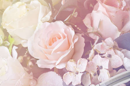 ソフト フォーカス人工オレンジと白バラの花束の花