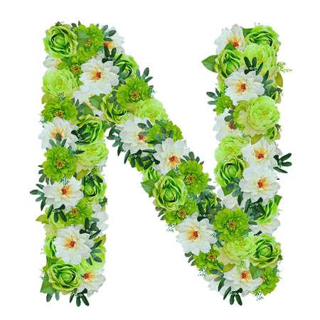 Buchstabe N aus grünen und weißen Blüten auf weiß mit Arbeitsweg isoliert