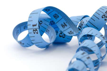 Cerca de cinta métrica azul para el concepto de salud, aislado sobre fondo blanco.