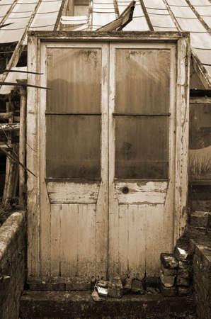 in disrepair: VECCHIO CONSERVATORY CHE CADE IN DISREPAIR Archivio Fotografico