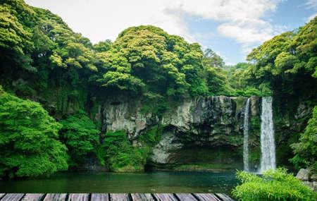 De waterval in het eiland Jeju in Korea. Deze foto kan worden gebruikt in het bevorderen van de plaats Stockfoto