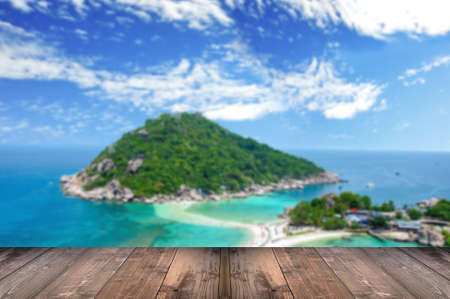 playas tropicales: blurred Koh Nangyuan, Surat Thani, Thailand with wooden floor.