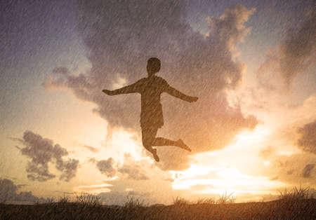 Vrijheid en Plezier concept - Gelukkige dame springen, dansen met regen Stockfoto