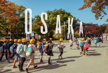 OSAKA, Japan, den 12. März 2015: Japanische junge Grundschüler Exkursion in Osaka Castle, Japan haben. Editorial