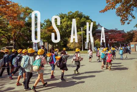 OSAKA, Japan, den 12. März 2015: Japanische junge Grundschüler Exkursion in Osaka Castle, Japan haben.