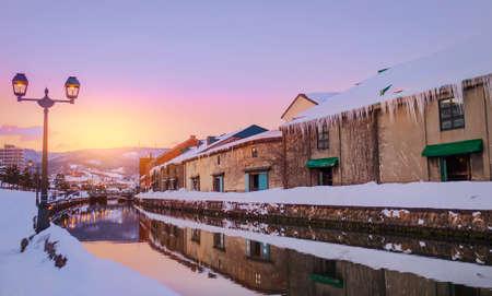 Mening van Otaru Canel in Wintertijd met zonsondergang, Hokkaido - Japan.