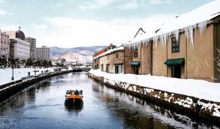Weergave van Otaru Canel in winterseizoen met handtekening toeristische boot, Hokkaido - Japan. Stockfoto