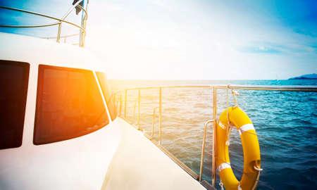 コンセプト - 夕暮れヨットを帆走の休日します。