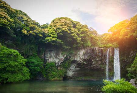 천지연 폭포는 한국의 제주도에있는 폭포입니다. 천지연이라는 이름은 하늘을 의미합니다. 이 사진은 한국 제주도를 홍보하는 데 사용됩니다. 제주도 스톡 콘텐츠