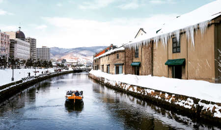 View of Otaru Canel in Winter season with signature tourist boat 版權商用圖片 - 95853905