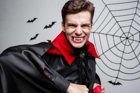 Concepto de Halloween vampiro - Retrato de vampiro caucásico enojado gritando.