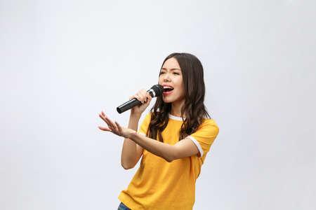 bella donna alla moda che canta al karaoke isolato su sfondo bianco.