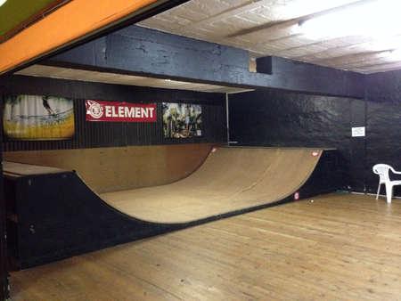 halfpipe: Half pipe ramp at indoor skate park