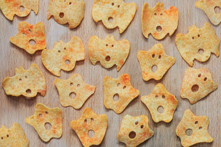 snoot: Halloween potato chips - ghost faces