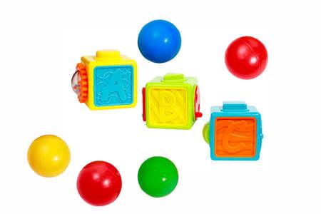 fondo para bebe: juguete educativo para los bebés cubos de colores con letras y piezas interactivas y bolas de plástico de recogida aisladas sobre fondo blanco