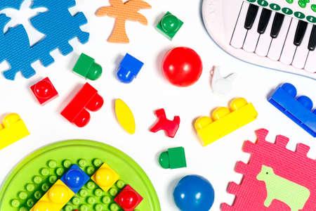 fondo para bebe: juguetes educativos para bebés bolas de colores, esteras, bloques de construcción, mini colección de piano en el fondo blanco