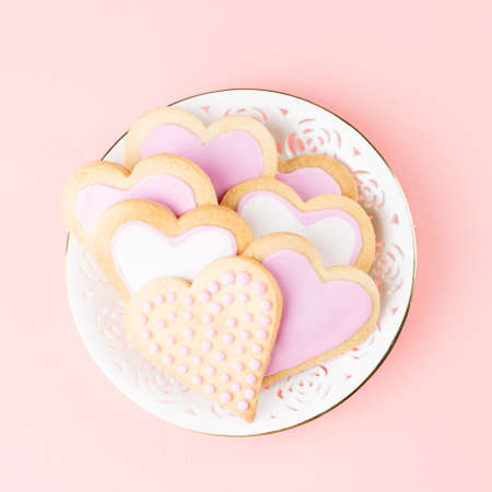 Valentine's day cookies close up on pink background. Top view Banque d'images
