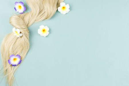 Hair extensions on blue wooden background. Top view Banque d'images