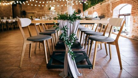 Elegante juego de mesa, mesas y sillas en restaurante.