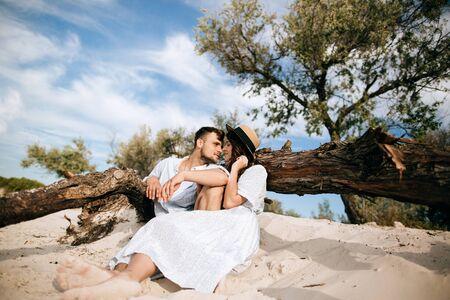 Young happy family on honeymoon at sea Imagens