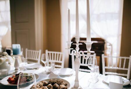 elegant table decoration with candlesticks in a restaurant Zdjęcie Seryjne