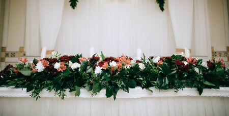 wedding table decoration with red flowers