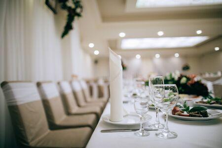 table set for dinnerwith white plates and napkins Zdjęcie Seryjne