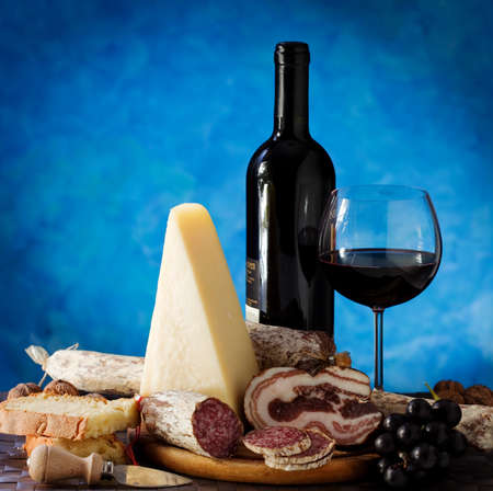 italienisches essen: Wein und K�se und salami Lizenzfreie Bilder