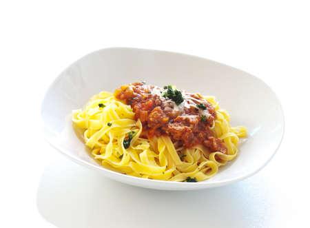 Tagliatelles, plat de pâtes italiennes, isolé sur un fond blanc