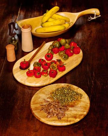 chiles picantes: Chiles rellenos de anchoas y alcaparras Foto de archivo