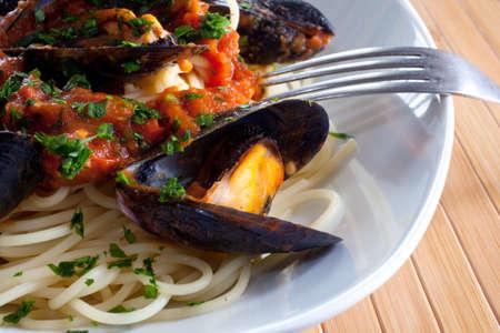 Pasta italiana con cozze e altri frutti di mare