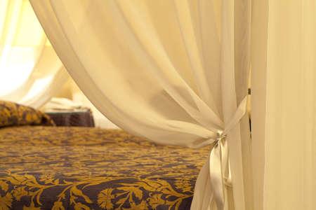 cortinas: Carpa en una cama