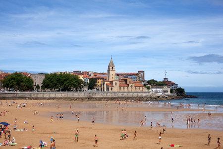 bathers: Persone in spiaggia di Gijon, Asturias - Spagna