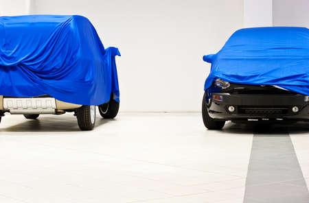 Car coperto da un lenzuolo blu Archivio Fotografico - 9936745