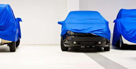 Car coperto da un lenzuolo blu Archivio Fotografico - 9936749