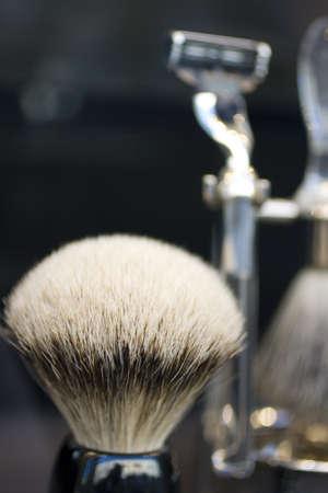 hombre afeitandose: cepillo de afeitar Foto de archivo