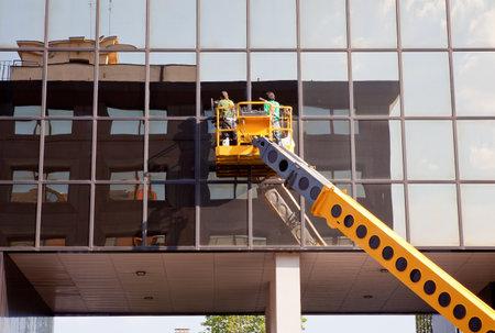 cleaning team: Hombres limpieza edificio Editorial