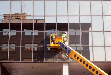 cleaning team: Hombres limpieza de edificios Editorial