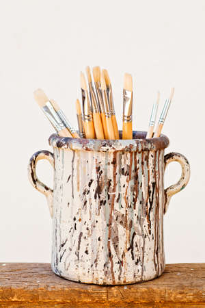 opera d 'art: New paintbrushes in a old ceramic jar
