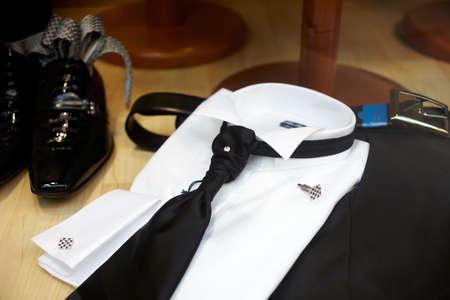 Chaussures noires et cravate noire sur une chemise blanche élégante
