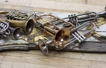 Trompettes sur des morceaux de meubles anciens