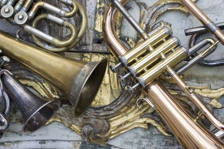 pentagramma musicale: Trombe su pezzi di mobili antichi Archivio Fotografico