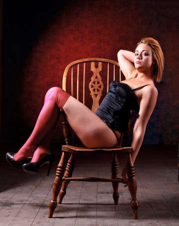 sitt: Sensual blonde girl in underwear on wooden chair