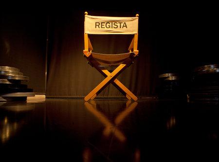 donna seduta sedia: Foto di Sedia regista su sfondo nero
